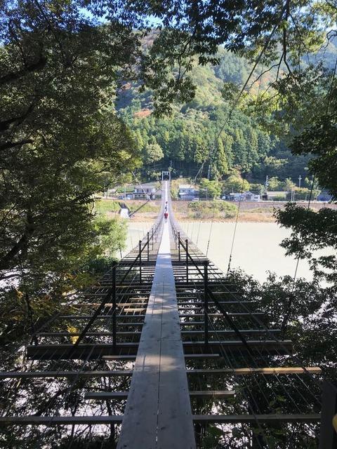 吊り橋の途中ですれ違い場所が用意されているくらい狭い