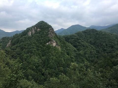 険しい地形の山