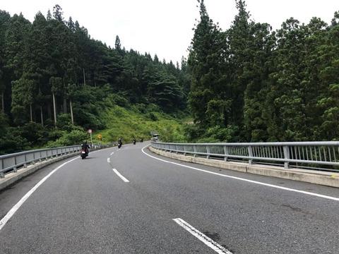 県道45号は南牧村を通過したら道が高規格に
