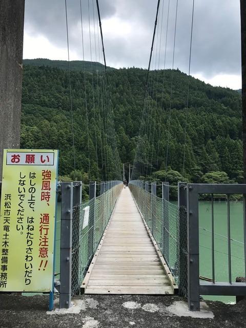 青谷橋は人がすれ違うのもギリギリの細くてながい吊り橋