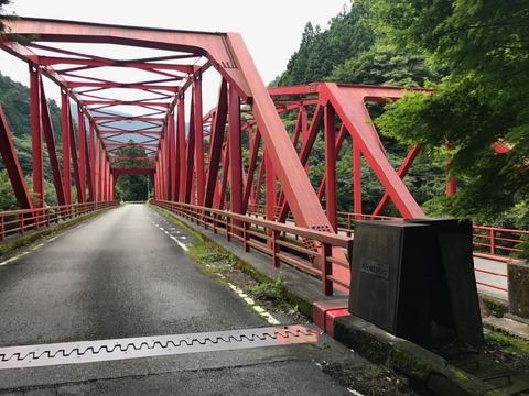奥泉のすぐ南にある渡谷橋は赤いトラスの親子橋