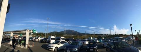 飛行機雲がながーく尾を引く