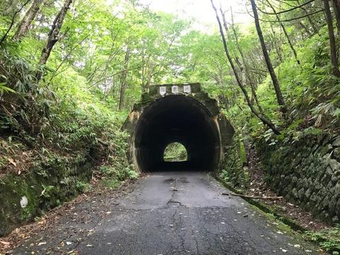 木曽峠のトンネルは土被りがほどんどない