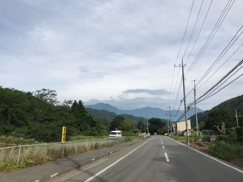 県道24号は菅野側沿いに北へ