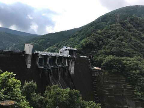 井川ダムを対岸から眺める