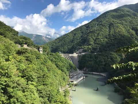 畑薙第一ダムの直下で川は直角に曲がる