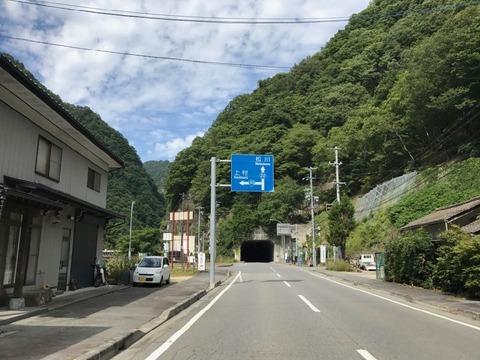 大鹿村の中心部で国道152号は左折