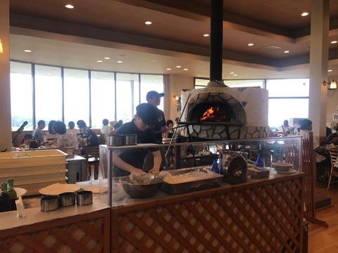 長門牧場のレストランCollineではピザ窯が観れる