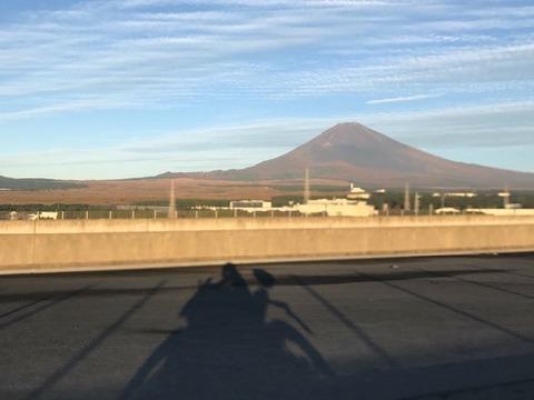 朝日に照らされて赤く染まった富士