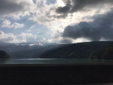 大きい雲が太陽を隠し湖の上に綺麗な光のスポット