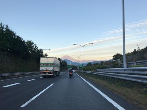秋の突き抜けるような空に富士山が映える