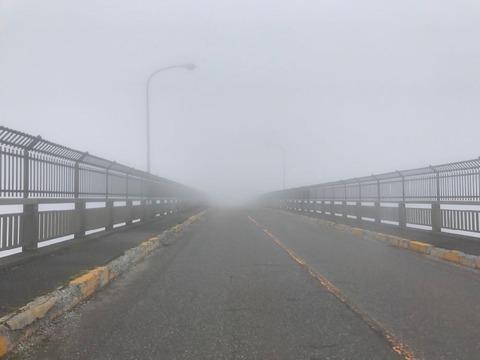 霧降高原道路、六方沢橋の濃霧。橋が落ちてても気づかない