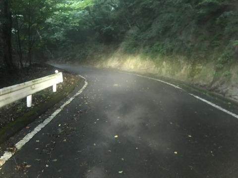 朝の霧が濃くて笹子峠の路面状況はひどいことに