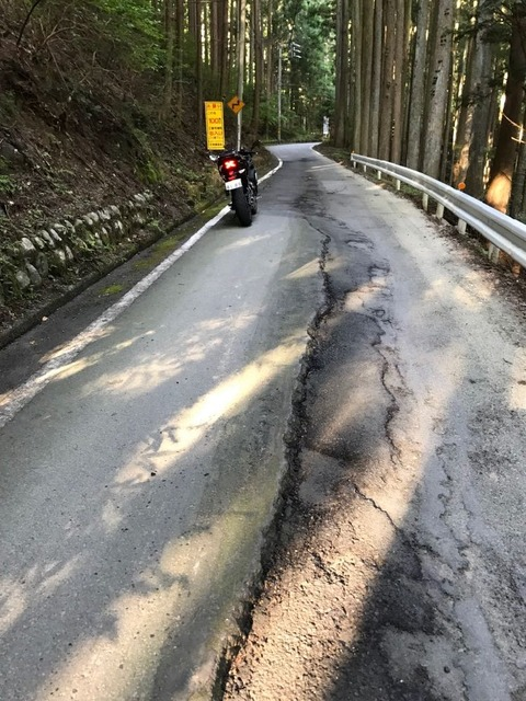 うっかりタイヤをとられたら谷底に誘われる危険な路面
