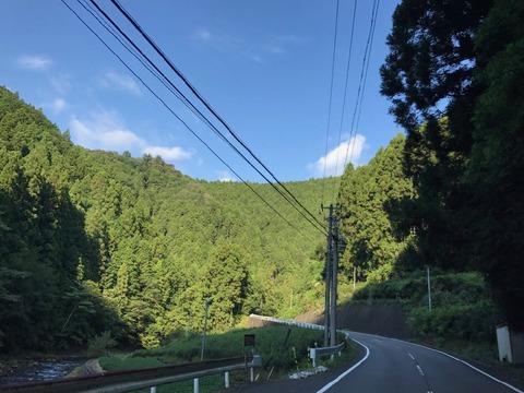 県道63号は渓流にそってタイトな切り返しが連続する道