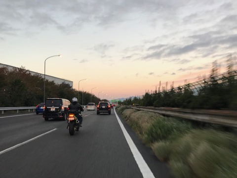 朝焼けの東名高速を西へ
