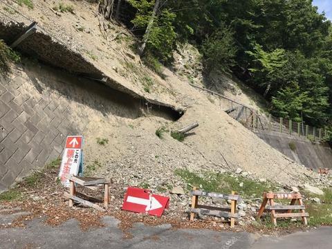 土砂崩れの生々しい跡がそのままになっている箇所も