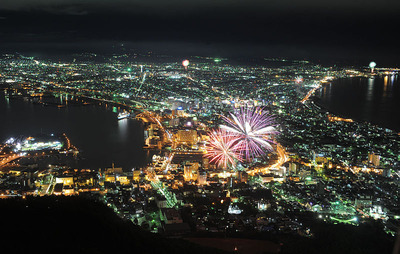 800px-Play_of_fireworks_and_night_scenes_in_Hakodate