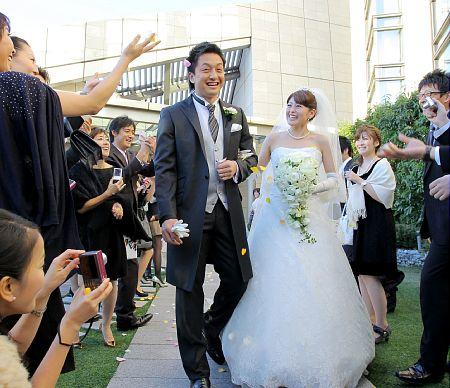 笑顔でケーキカットをする巨人・沢村(左)と麻季夫人 【野球】巨人・沢村投手愛の誓い!麻季夫人のた