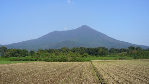 Mount_Tsukuba_seen_from_the_WSW_(2006)