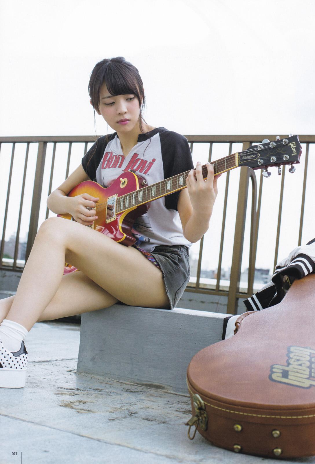 ギターを弾く小林由依