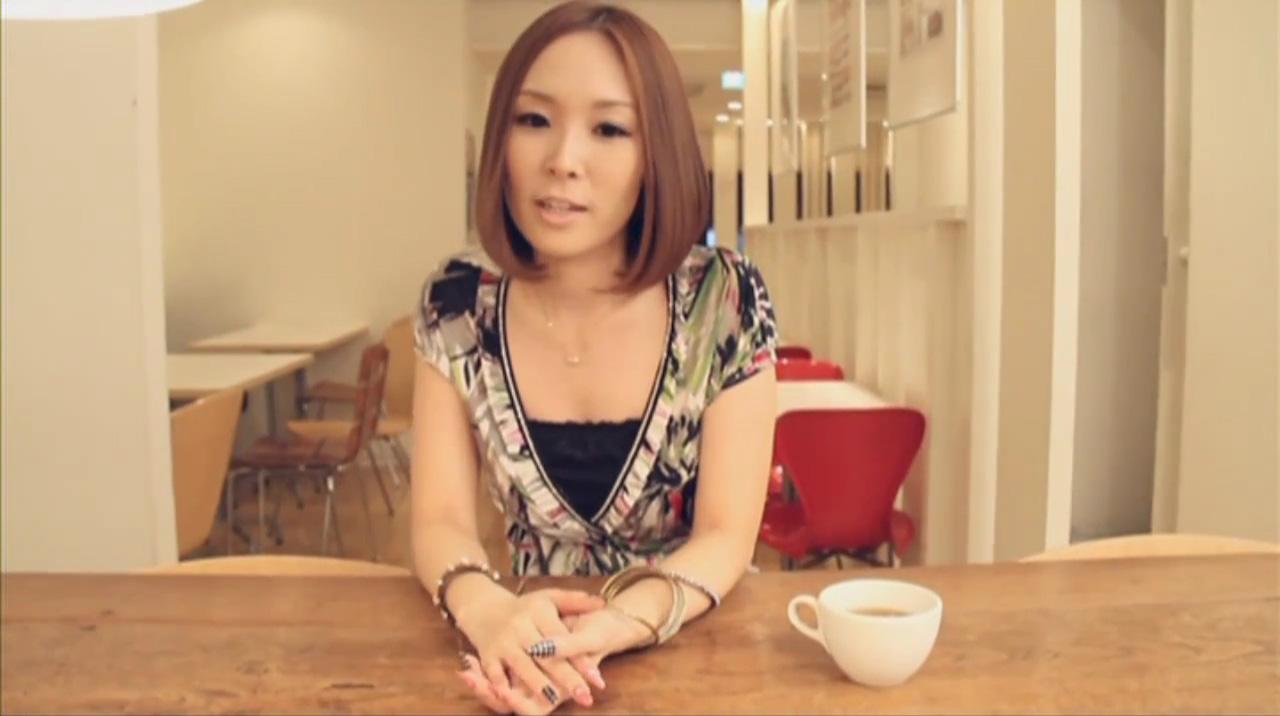 愛内里菜「LAST SCENE」PV 愛内里菜さんはスタッフさんと打ち合わせているらしいです。里