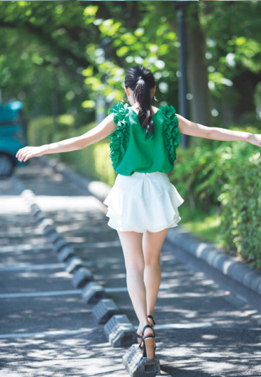 上村莉菜さんのショートパンツ姿