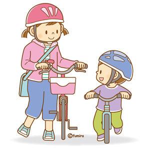 自転車を押すお姉さんと、ランニングバイクに乗る弟