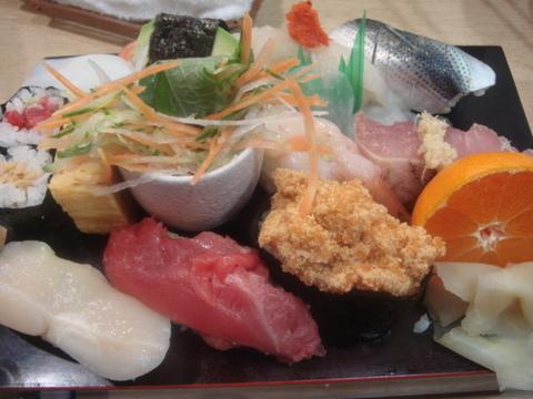 あつ賀 焼き魚の下にはサラダ