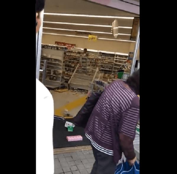 コンビニで物を破壊しまくる男が撮影される  ファミマ大阪金剛駅前店