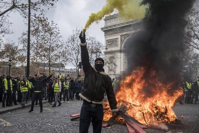 【悲報】フランスさん、デモで大荒れ