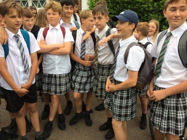 【朗報】イギリスの中学生たち スカート姿で抗議wwwwwww