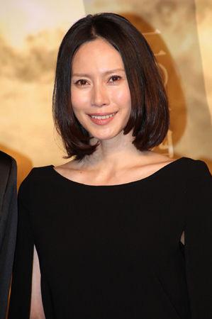 ブロンドヘアーの中谷美紀さん