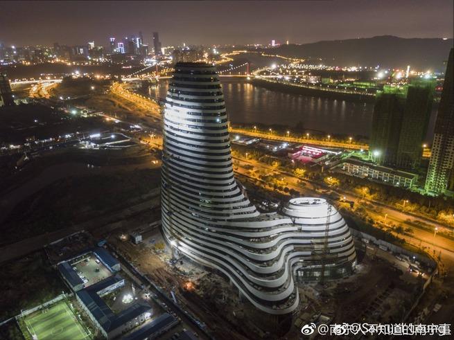 先っちょから花火を噴射させる中国のビルがシュールすぎると話題