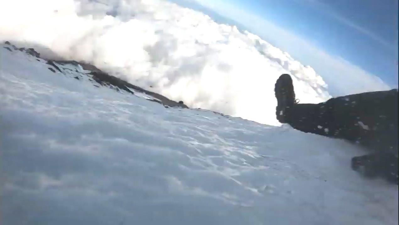 例の富士山生主、7合目付近まで滑落跡が見つかる。1000m以上の