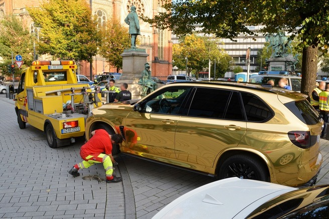 金色のBMW「X5」 ドイツ警察が路上から撤去 「まぶし過ぎる恐れ」ドイツ