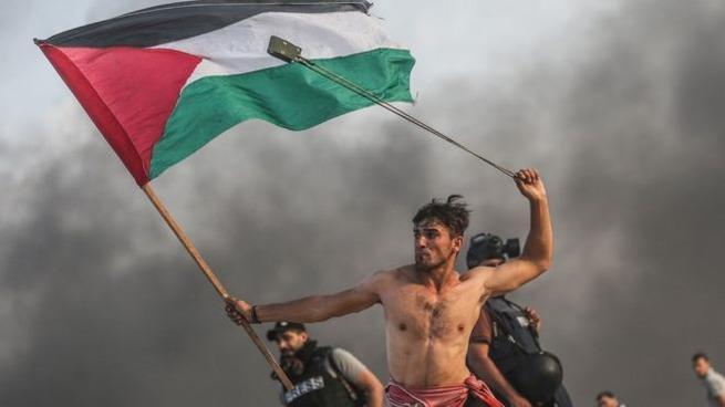 パレスチナの暴動、半裸のオッサン画像が拡散されてしまう