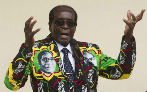 ジンバブエのムガベ大統領、自分の服を着る