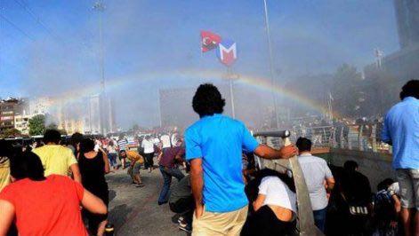 トルコのLGBTパレードを放水銃で弾圧しようとしたトルコ警察さん、巨大な虹を出現させてしまう
