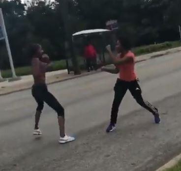【動画】黒人女さん、路上でガチンコファイトwwwww