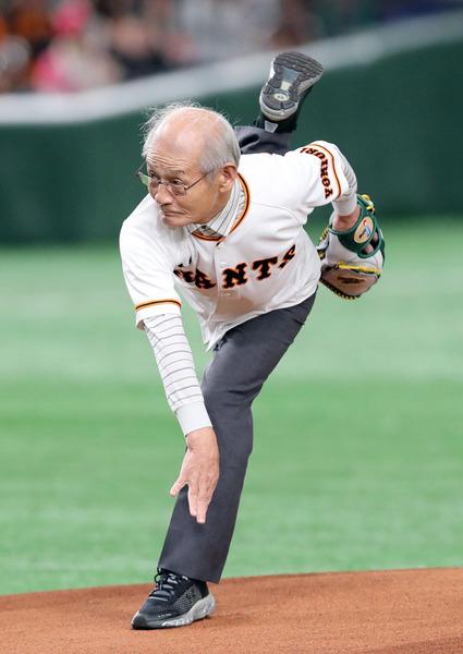 ノーベル賞の吉野彰さん(71)、始球式に登場してダイナミックなフォームを披露