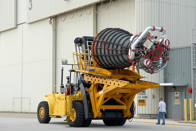 Space_Shuttle_main_engine_on_Hyster_forklift