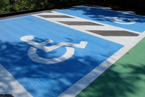身障者マークなしで身障者用スペースに止まっていた車のタイヤをパンクさせた無職の男(75)を逮捕