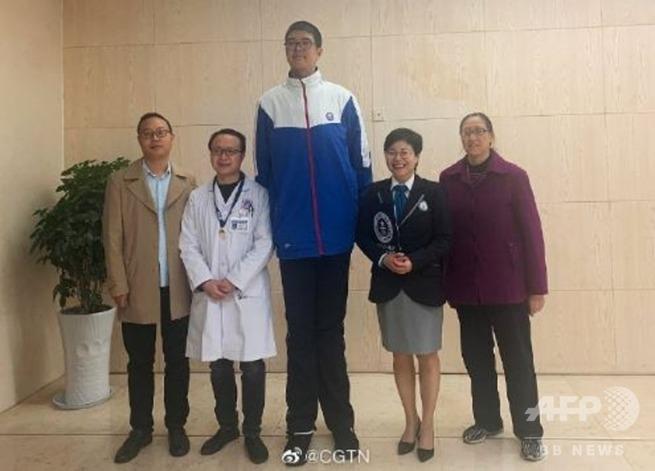 【画像】中国の少年(14歳、身長221cm)、将来の夢はプロゲーマー