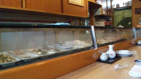 二幸寿司:店②カウンター席前の硝子ケース110415