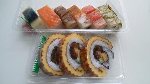 宝家:①大阪寿司盛合せ伊達巻き三個810全景110424