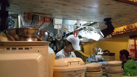 オーセンティック:屋台風の狭い厨房110619