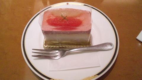 上野風月堂:②グレープフルーツと苺のケーキ380全景110827