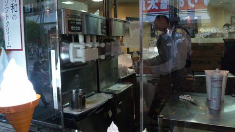 舟和:①ソフトクリーム販売窓口110503