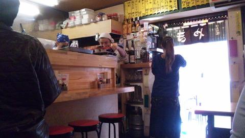 浅草弥太郎スタミナ屋:店②カウンター席と入口付近120212